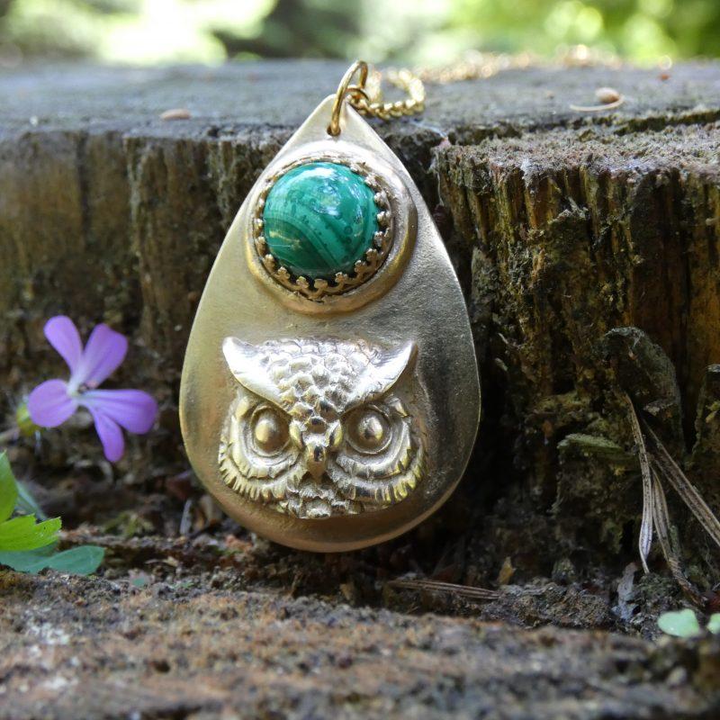 bijou artisanal avec un médaillon hibou et une pierre malachite