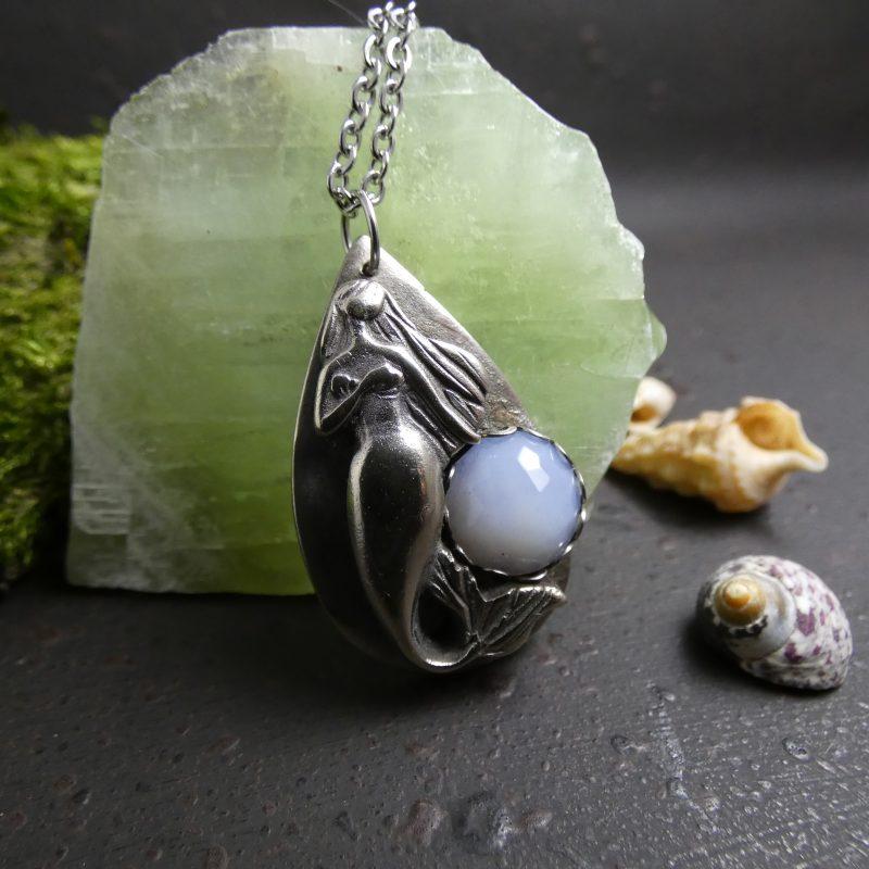 médaillon artisanal avec une sirène argenté et une pierre bleue