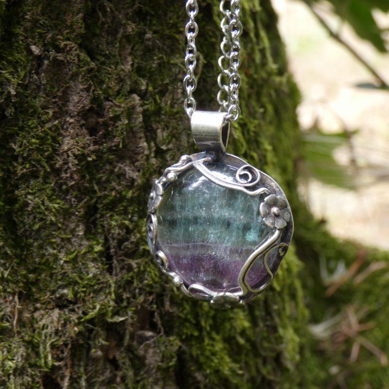 bijou avec une pierre de fluorite dans la nature