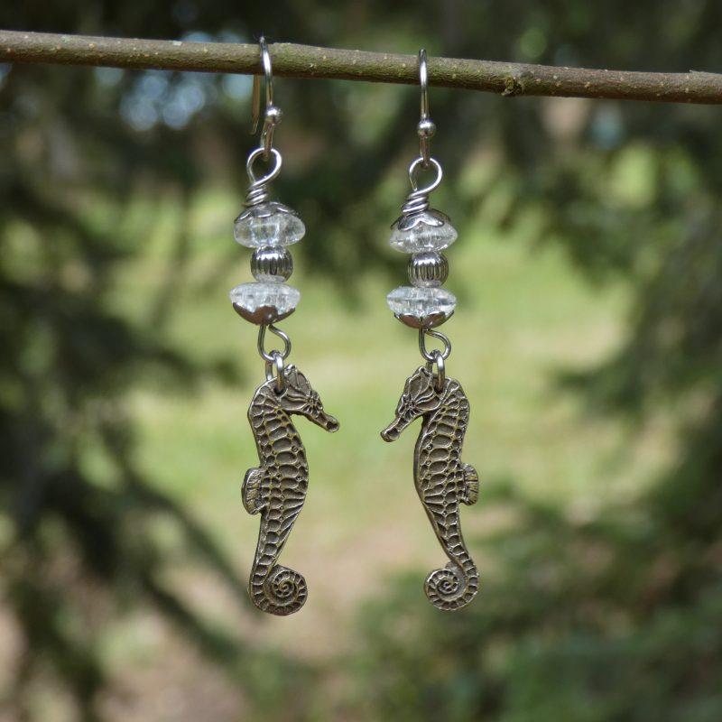 bijou fait main avec hippocampes argentés et pierres