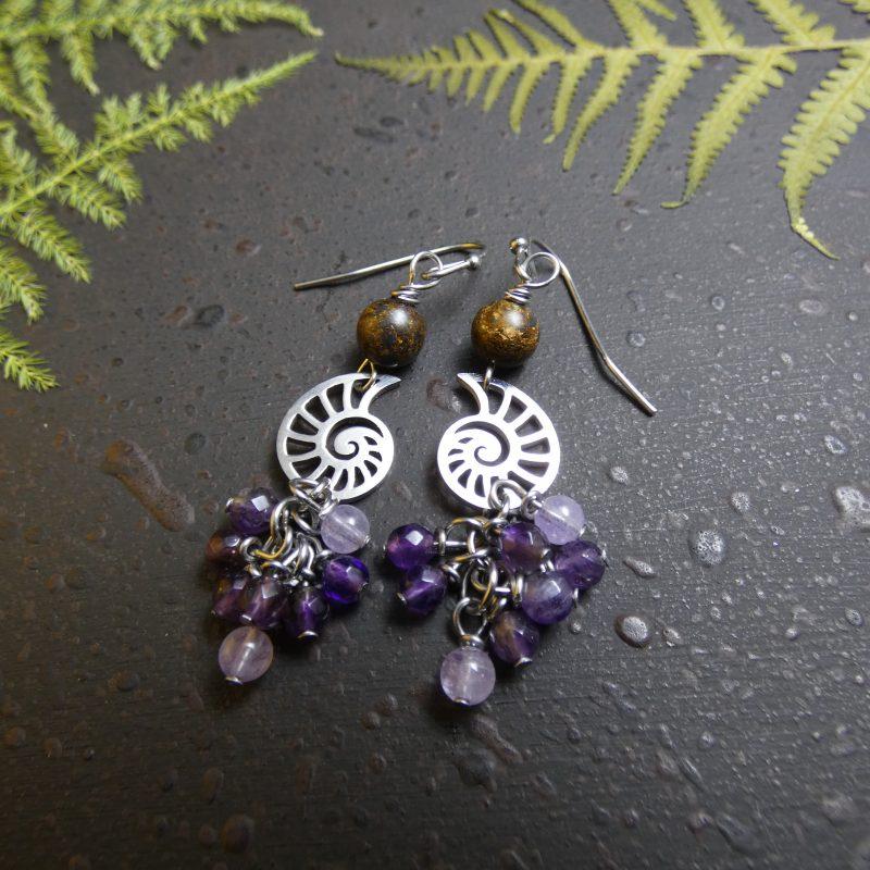 boucles d'oreilles artisanales en pierres naturelles sur branche arbre