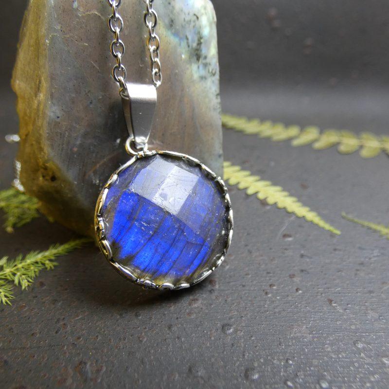 bijou inspiration nature avec une pierre de labradorite bleuté