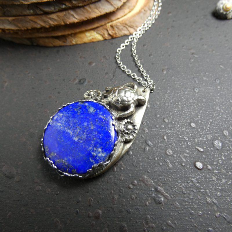 médaillon artisanal avec une tortue argenté et du lapis lazuli