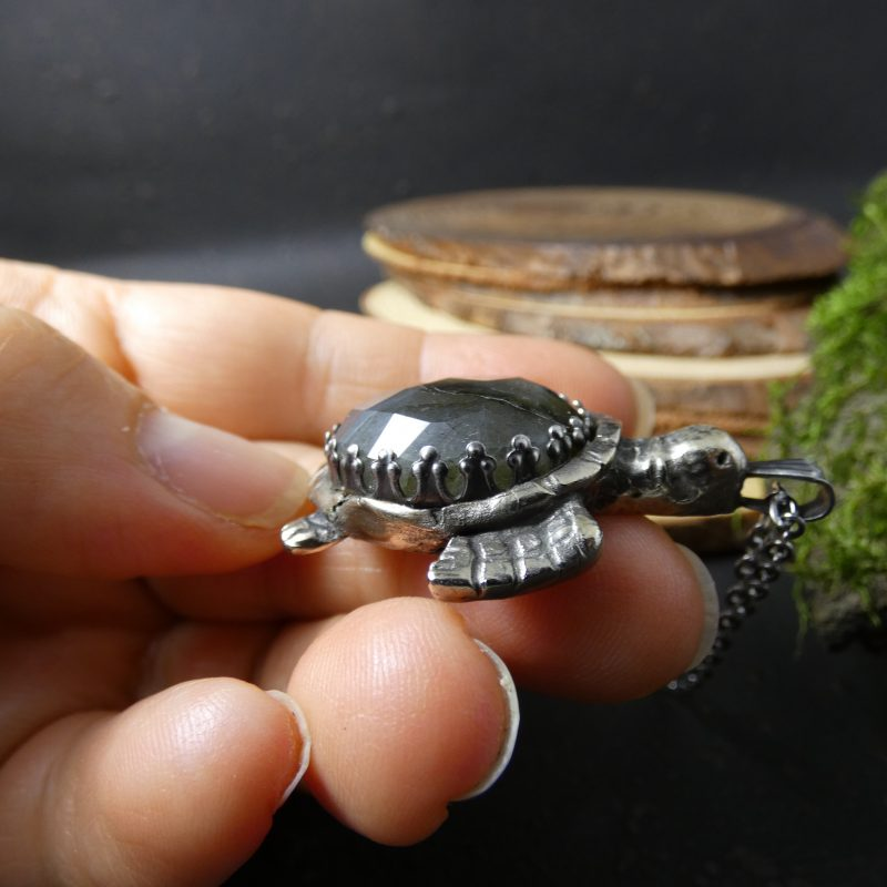 tortue fait main en bronze argenté et pierre de labradorite