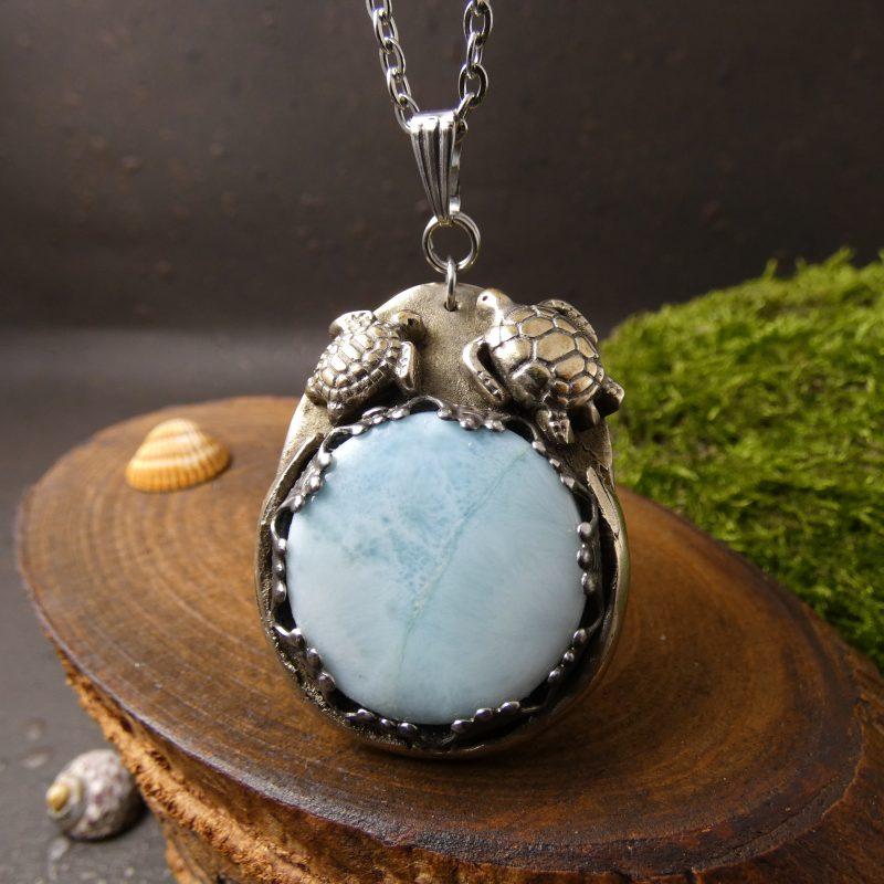 bijou artisanal avec tortues et pierres de larimar